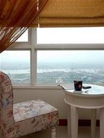 """Bên khung cửa sổ... những góc thư giãn với cái """"view"""" khá ấn tượng."""